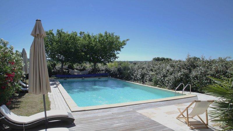 Gîte de charme dans un domaine viticole à Uzès, piscine chauffée, grand jardin, holiday rental in Sainte-Anastasie