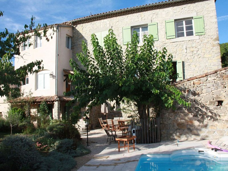TRES BEAU MAS AU COEUR DU VILLAGE DE COURRY, holiday rental in Courry
