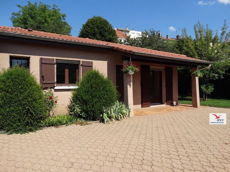 Maison douillette avec parking et jardin tout près du centre de St-Etienne, holiday rental in Aurec-sur-Loire