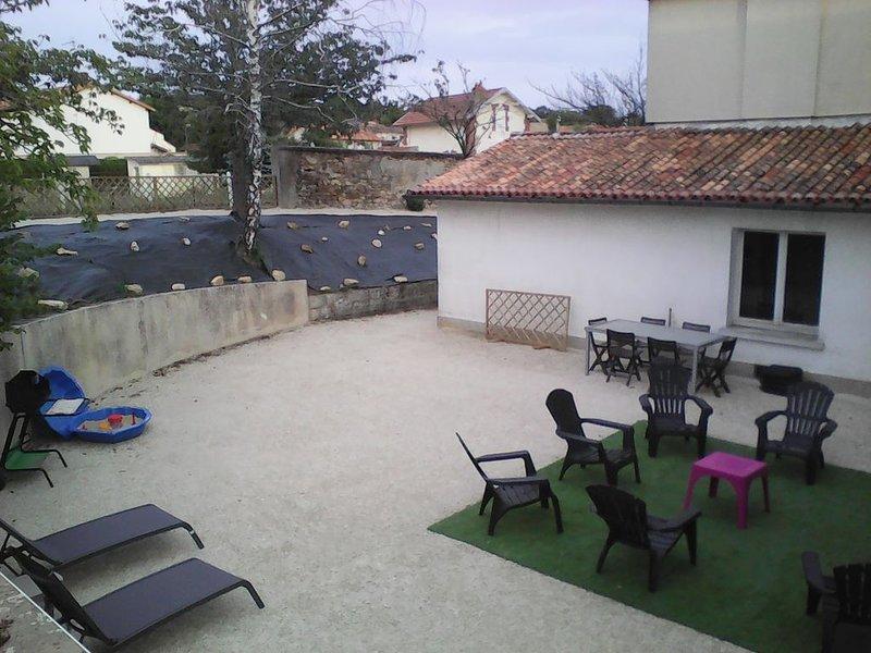 Appartement dans une 'Petite Cité de Caractère', location de vacances à Noizé