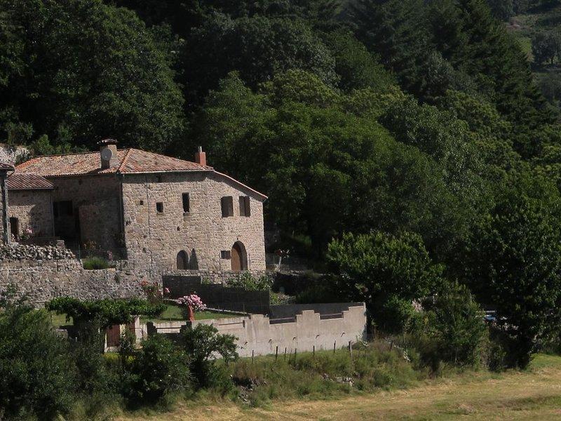 Maison tout confort avec piscine dans la montagne ardèchoise, holiday rental in Antraigues-sur-Volane