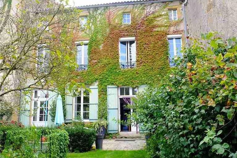 Maison de Maître et son  jardin à Availles Limouzine, vakantiewoning in Lesterps