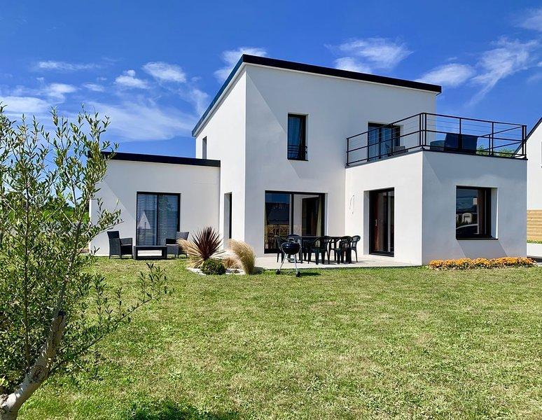 Belle maison contemporaine neuve 3 chambres vue mer toit  terrasse plage 750 m, holiday rental in Clohars-Carnoet