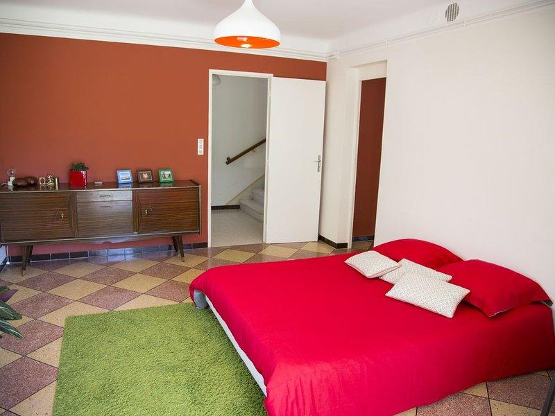 Rez de jardin dans maison familiale au calme, holiday rental in Arles