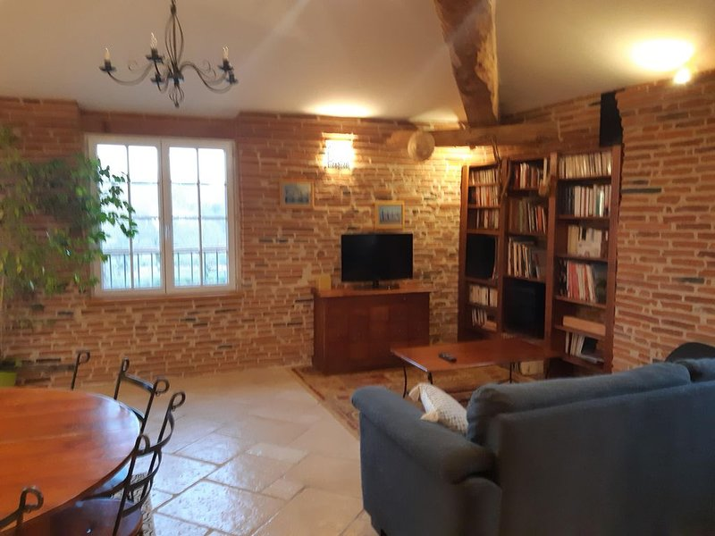 Living room, tv, hifi, library. The convertible is very comfortable