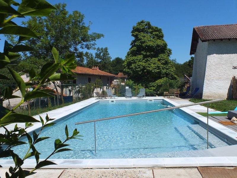 Gite rural 9 personnes 4 chambres avec grande piscine au sel handi-accessible, holiday rental in Boen-sur-Lignon