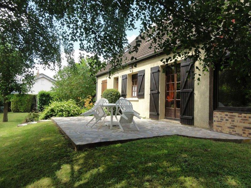Grande maison de famille  avec  jardin ombragé au coeur de la vallée de la Loire, location de vacances à Monthodon