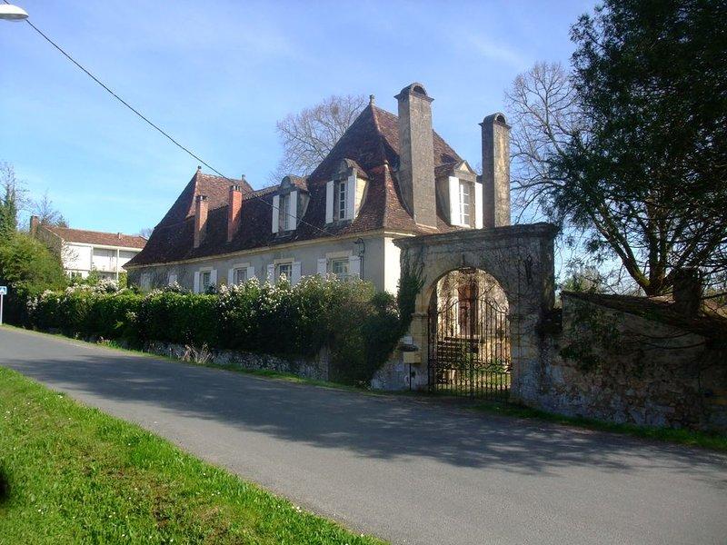 SÉJOURNEZ DANS UNE BELLE CHARTREUSE DU XVIIIème SIÈCLE (8 PERSONNES - FREE WIFI), casa vacanza a Saint-Cyprien