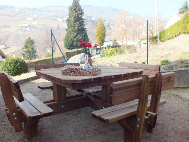 Mesa al aire libre en el suelo