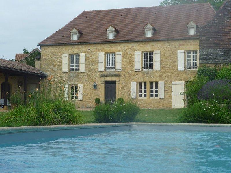 Grande maison de charme avec piscine en Périgord noir, holiday rental in Orliaguet