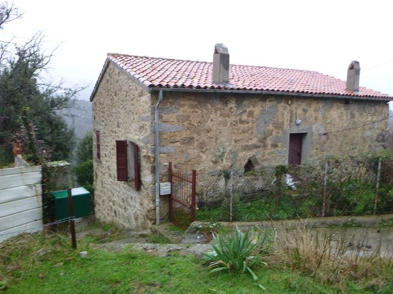 Maison centenaire pour 5 personnes avec terrain 600m2 n,  ANIMAUX ACCEPTES, alquiler de vacaciones en Evisa