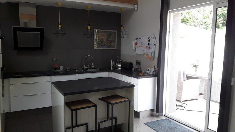 MAISON DANS UN CHARMANT VILLAGE ENTOUREE DE VERDURE, holiday rental in Lozanne