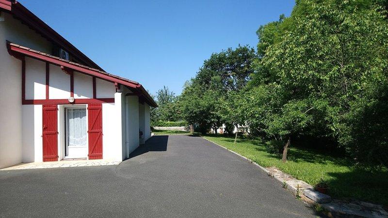 A 10 mn à pied d'Espelette , 2 ch en rez de chaussée de maison, avec un jardin., vacation rental in Itxassou