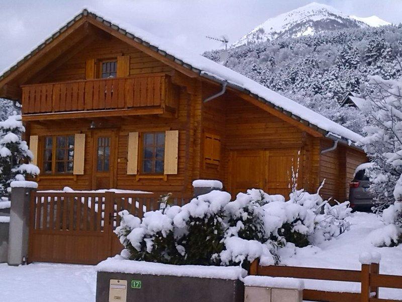 Magnifique chalet tout bois au calme situé à EMBRUN lac de SERRE -PONÇON., holiday rental in Puy-Sanieres