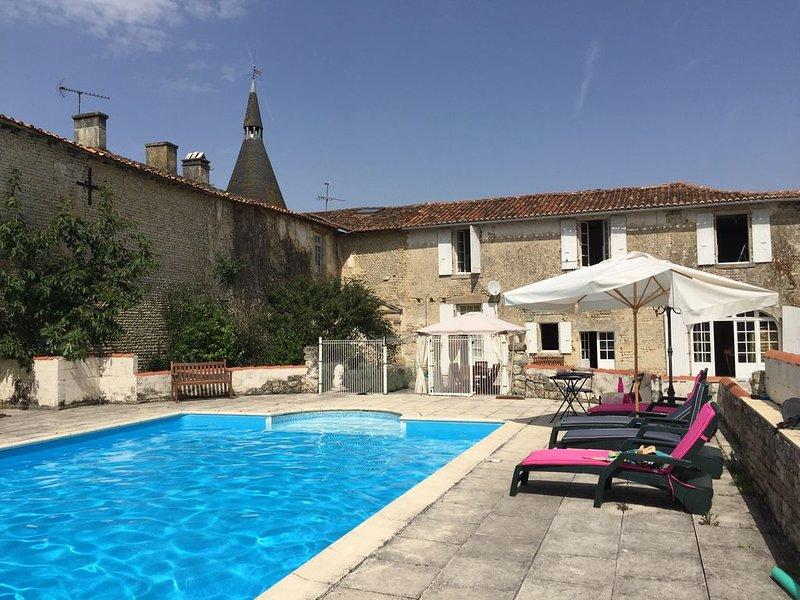 Charmante maison en pierre avec piscine privée, holiday rental in Saint Pierre de Juillers