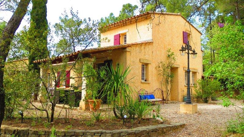 Maison d'Hôtes avec 'jardin Forêt', au pied du Mont Ventoux en Provence, holiday rental in Flassan