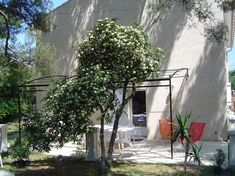 A 150 mètres de la mer, T3 65m² , charme, calme, jardin  , emplacement idéal., holiday rental in Ile des Embiez