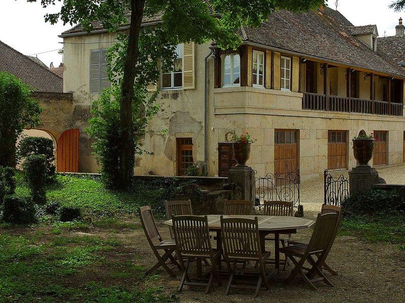 Maison 4 chambres 4 salles de bains au coeur village viticole, holiday rental in Pommard