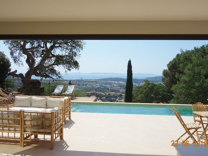 ☀️Var Villa Design Vue MER Panoramique Piscine Climatisation, holiday rental in Bormes-Les-Mimosas