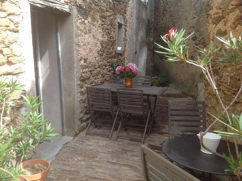 Style loft idéal pour un couple au cœur du village historique de  GASSIN, holiday rental in Gassin