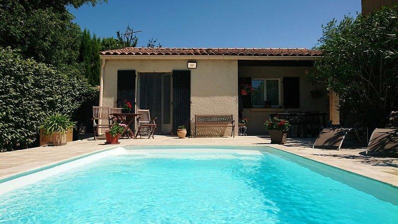 Gîte au calme avec piscine chauffée, casa vacanza a Reauville