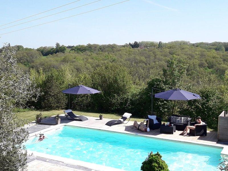 Maison de charme avec piscine privée, chauffée, vue panoramique et décor protégé, vacation rental in Dolmayrac