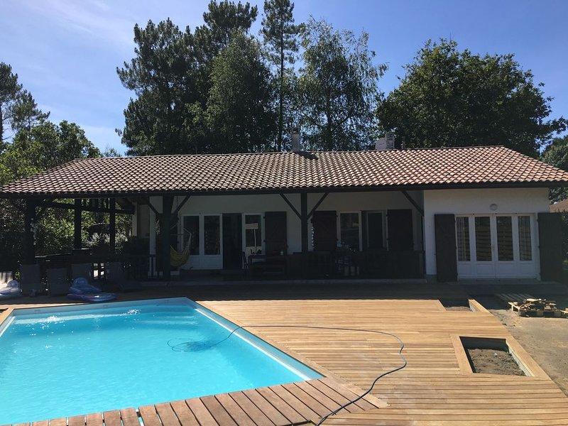Villa de charme, piscine chauffée, terrain calme arboré, près lac, océan, forêts, Ferienwohnung in Saint-Michel-Escalus
