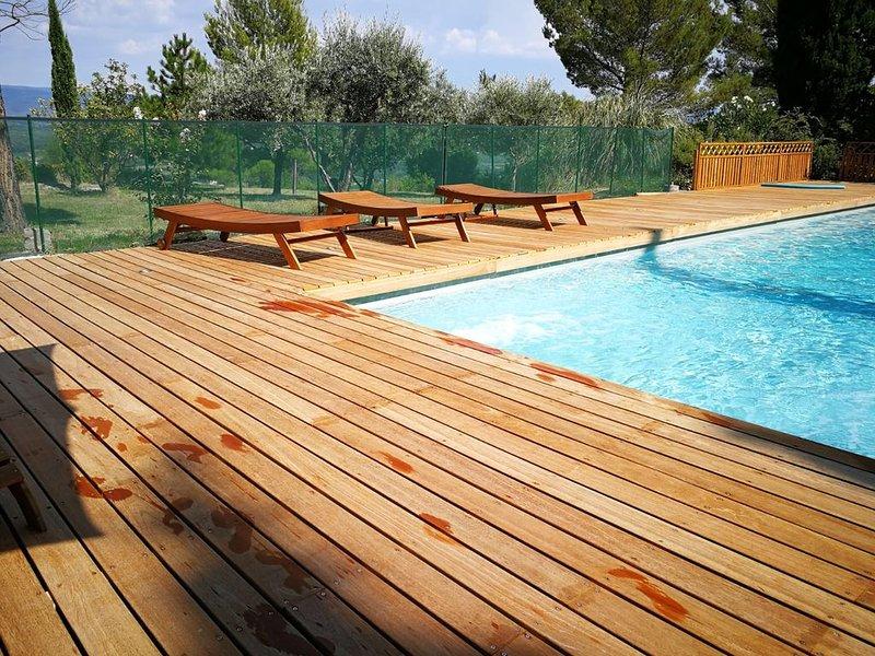 Sommet: 2 chbres, accès à grande piscine, terrasse et parking, holiday rental in Mormoiron