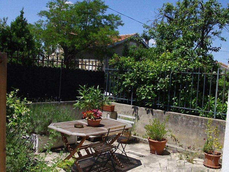 Carcassonne grand T1 pour 2 pers avec jolie terrasse fleurie, vacation rental in Pennautier