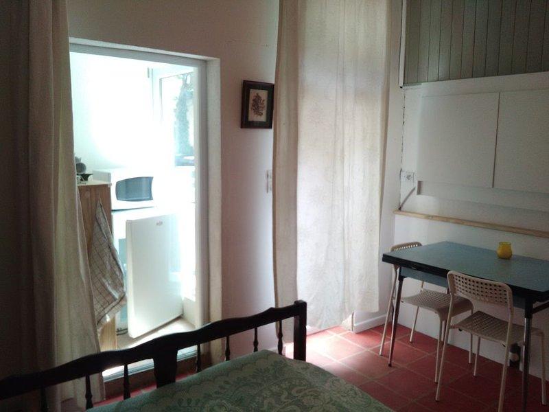 Chambre indépendante avec sa salle de bain privée, dans un jardin près d'Avignon, location de vacances à Les Angles