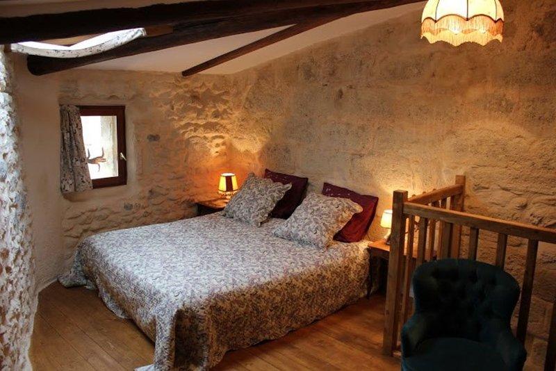 Très jolie  maison de village, chambre climatisée, hygiène renforcée., aluguéis de temporada em Nezignan-l'Eveque