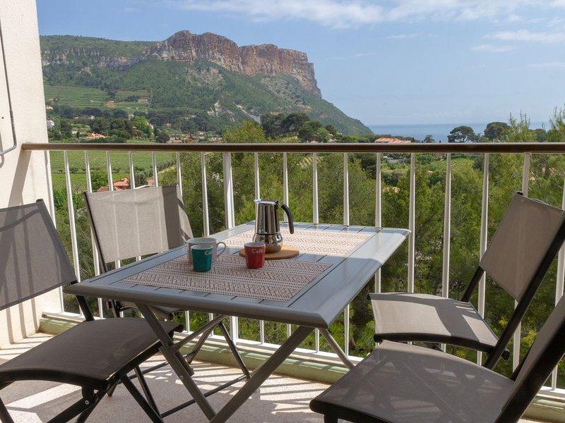 Appartement dans résidence, vue mer et Cap Canaille, holiday rental in Cassis