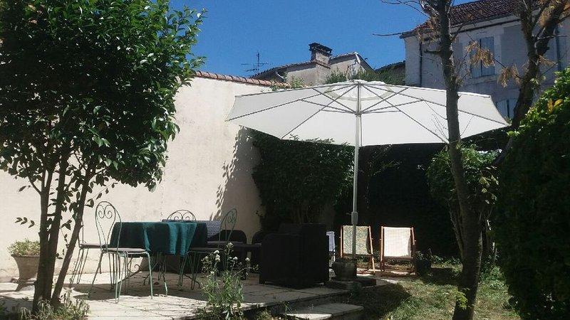Maison de charme dans le centre de Riberac, vacation rental in Saint-Martin-de-Ribérac