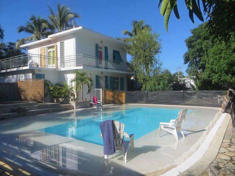 La villa Anthalo à 50 m du lagon au centre de la station balnéaire de la Saline, holiday rental in La Saline les Bains