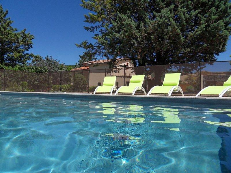 Gite Ardèche du sud avec piscine proche Vallon Pont D arc, holiday rental in Gras