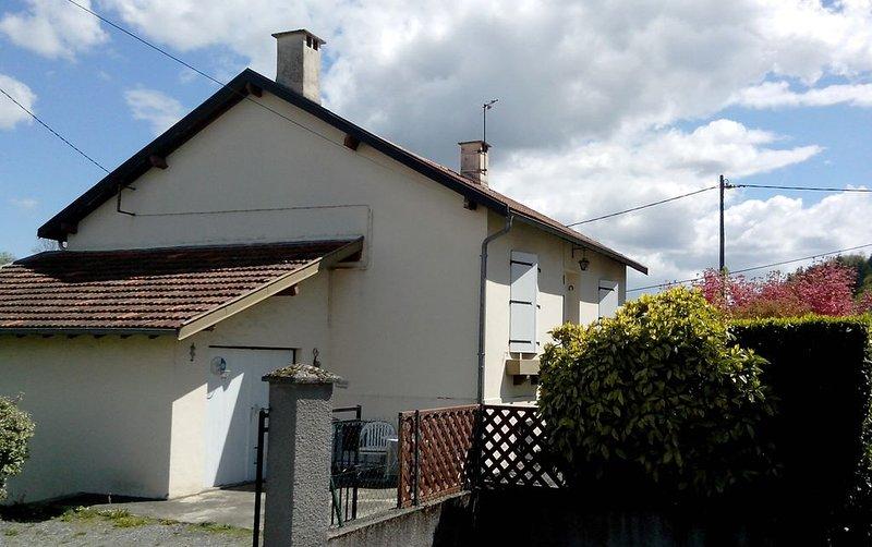 Appartement dans maison avec jardin privatif lourdes ville, vacation rental in Bartres