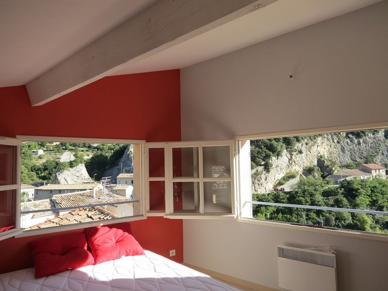 Appartement neuf a coté du pont roman ,panoramas uniques ,terrasse sans vis à vi, holiday rental in Sahune