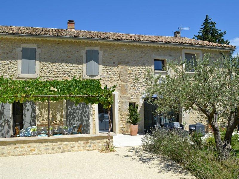 Mas en pierre rénové avec piscine et vue sur le Mont Ventoux, holiday rental in Buisson