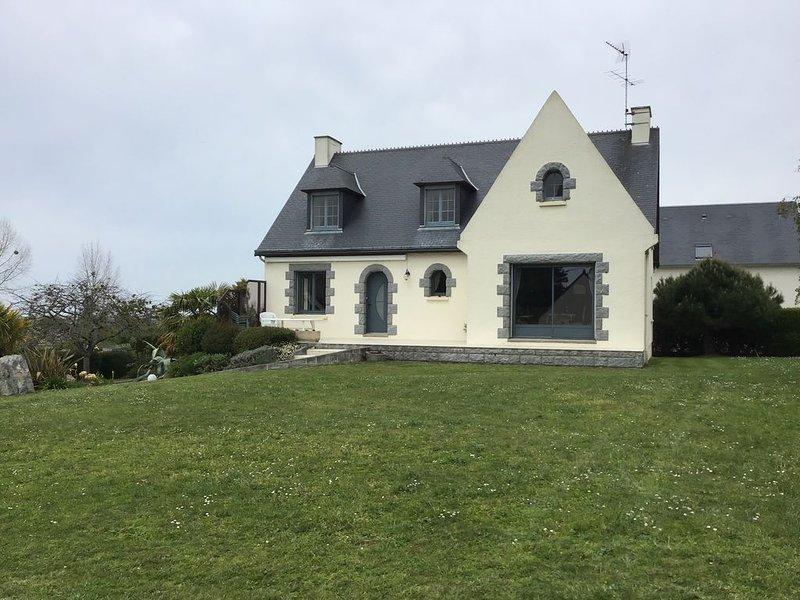 Gîte pour 14 personnes proche de la mer, holiday rental in Regneville-sur-Mer