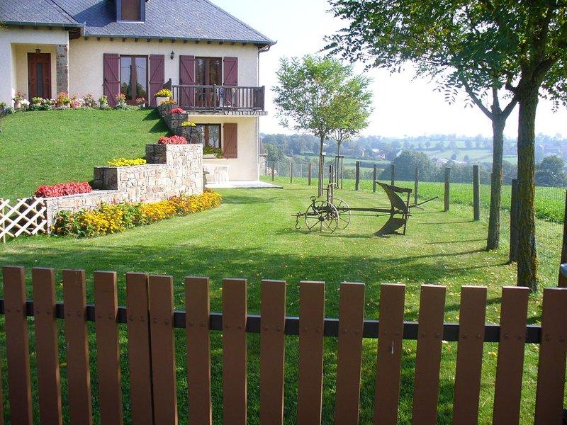 Gîte à la campagne, au coeur de l'Aveyron, à 300 m du village,, vacation rental in Luc la Primaube