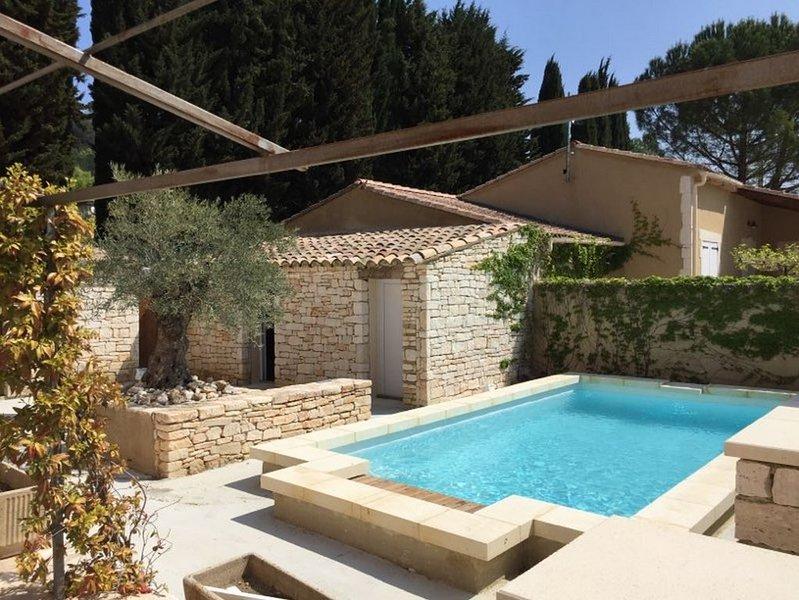 Maison tout confort, terrasse et   jardinet privés,   piscine partagée, holiday rental in Cornillon
