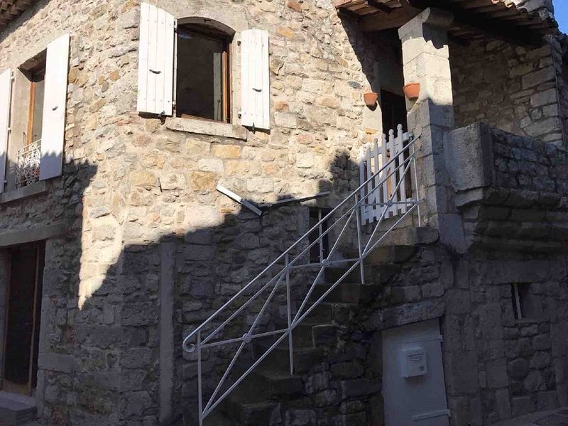 Vieille ville Ruoms, maison de charme, calme, sud Ardèche, canoë, rivière, vélo, location de vacances à Chauzon