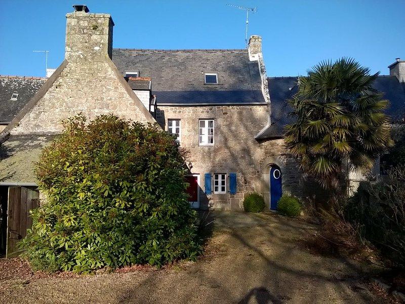 Grande maison de caractère avec jardin , dans un village  à 20 mn de la mer., vacation rental in Loguivy-Plougras