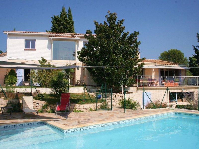 Maison avec piscine en bordure de garrigue, vue dominante exposée sud-sud ouest, casa vacanza a Restinclieres