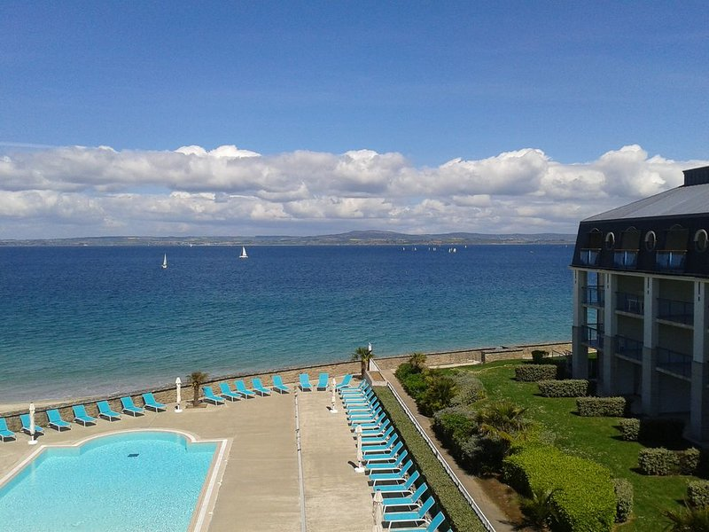 Superbe appartement 3*, vuer mer exceptionnelle, accès direct plage et piscine, holiday rental in Treboul