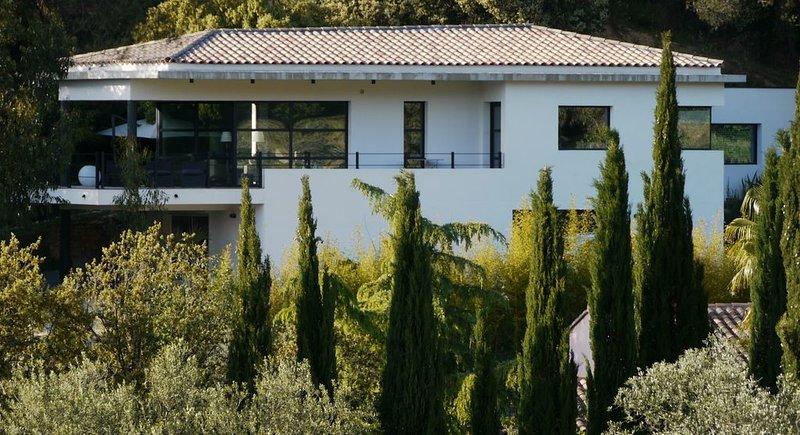 Villa chic et contemporaine au calme à proximité des plages mythiques de Bandol, vacation rental in Le Castellet