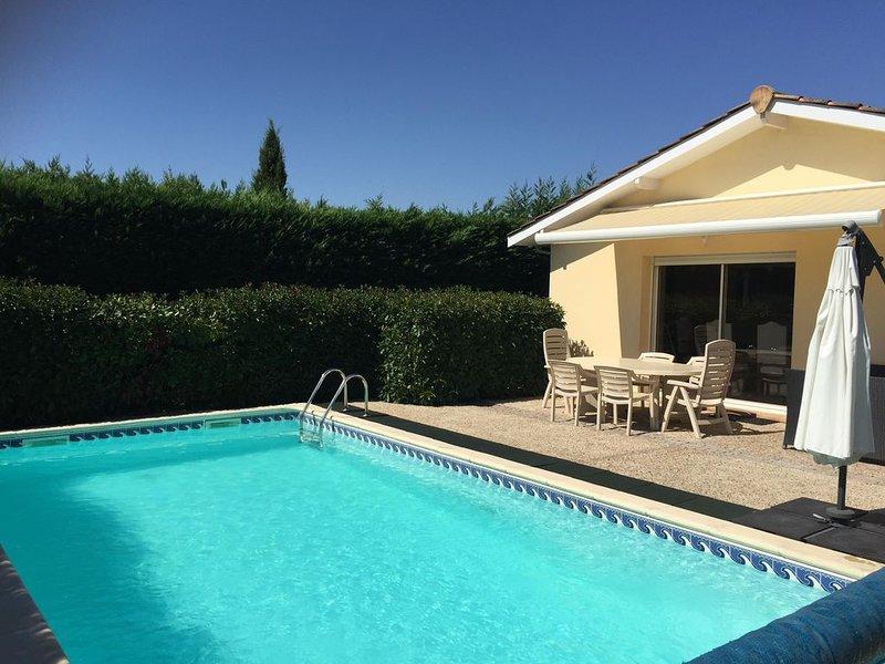 VILLA ENTIERE 14 KM BORDEAUX AVEC PISCINE ET GARAGE, holiday rental in Beychac-et-Caillau