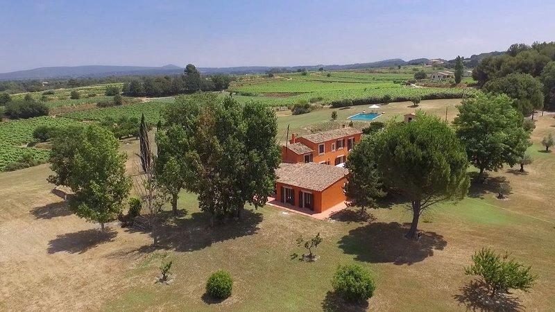 Propriété agricole avec piscine de 15 m de long,  au pied du Lubéron, casa vacanza a Peyrolles-en-Provence