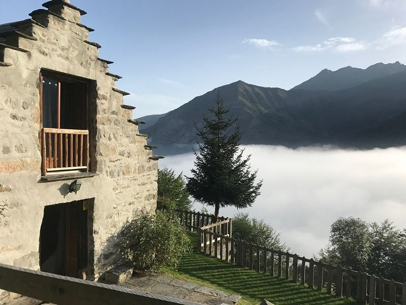 Bergerie de montagne - Charme, calme et confort - Vue imprenable - 8/10 ps, holiday rental in Viscos