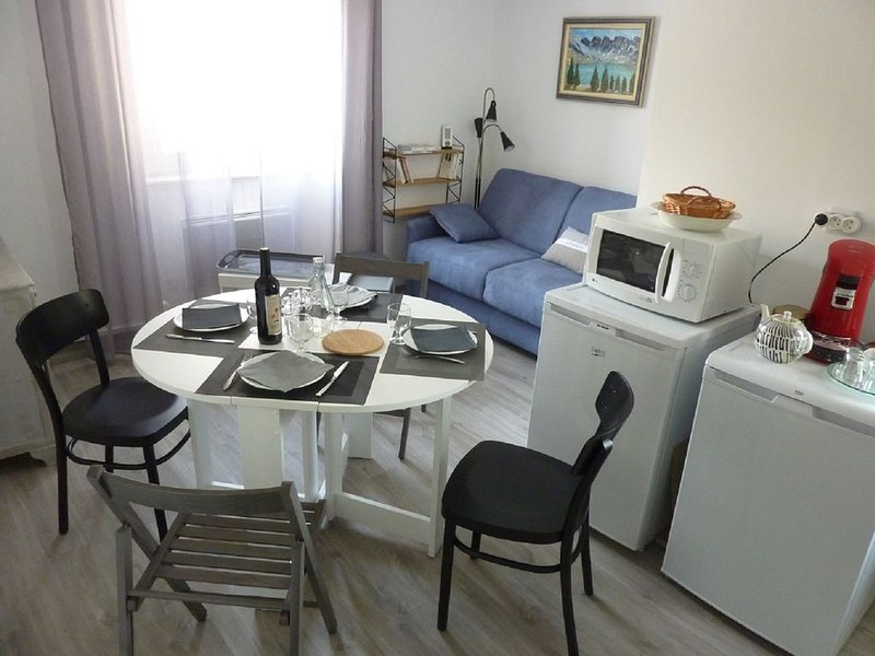 App T2, classé 2*, rénové, rééquipé, au calme, proche de Notre Dame du Réal, holiday rental in Puy-Sanieres